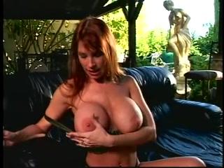 Парень трахает девушку с огромными сиськами, а она сосет его хуй и дает ему