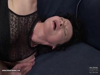 Порно видео зрелой женщины, которая любит ебаться с большими членами парней
