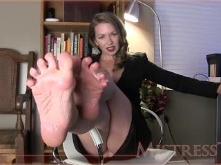ukkemake - большие голые ноги зрелой дамы в чулках соблазняют мужчин на секс