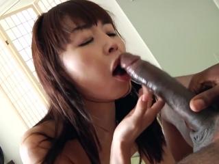Азиатская девушка сосет черный член и глотает горячую струю горячей