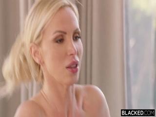 Секс втроем - негр трахает блондинку, а она ему сосет