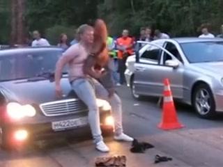 Голые девушки с большой грудью трахаются в машине и сосут хуй такси
