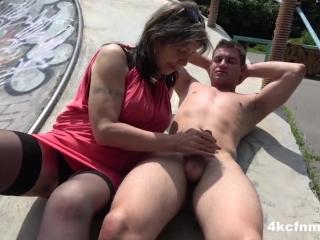 Сексуальная милфа сосет член парню, а потом ебется