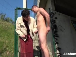 Старая бабушка сосёт член молодому парню у него дома на диване - ретро порно видео смотреть онлайн