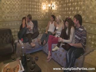 Порно видео молодых девушек, которые очень любят сосать большие члены парней на камеру