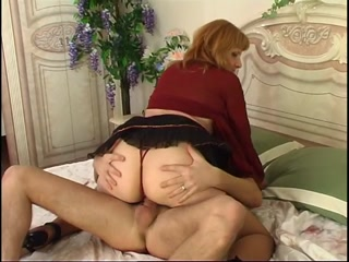 Секс с красивой зрелой женщиной и ее парнем дома на диване в киску раком очень нравится парню