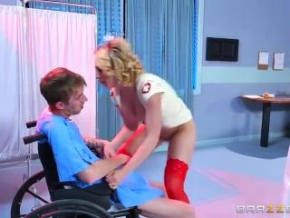 Жесткое порно зрелой блондинки с молодым парнем на диване