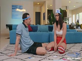 Девушка сосет член парню на диване - порно для возбуждения!