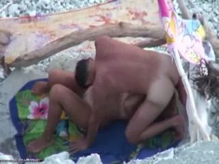 Секс с двумя молодыми девушками-ндиками в их уютных купальнях