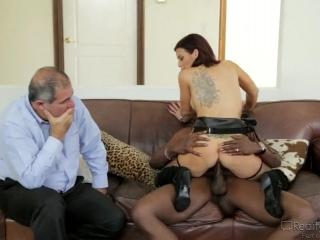 Жена трахнулась со своим мужем на диване в разных позициях раком