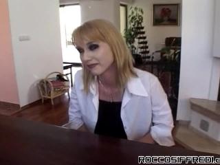 Порно видео со взрослыми мужчинами, которые ебут женщин в рот на диване дома