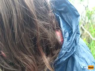 Молодая девушка сосет член и глотает сперму после секса с  в лесу