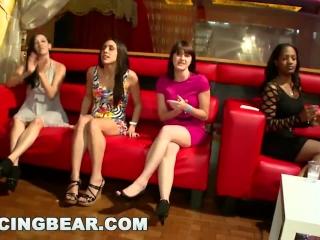 Порно видео зрелых дам в клубе с молодыми парнями и их мамками, которые любят сосать